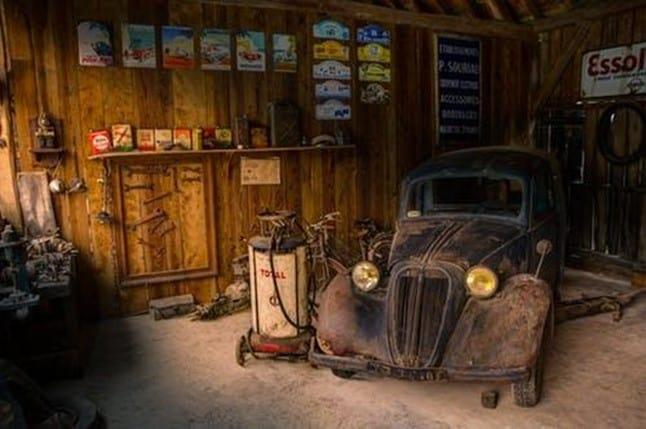 Paslanmış bir klasik araba